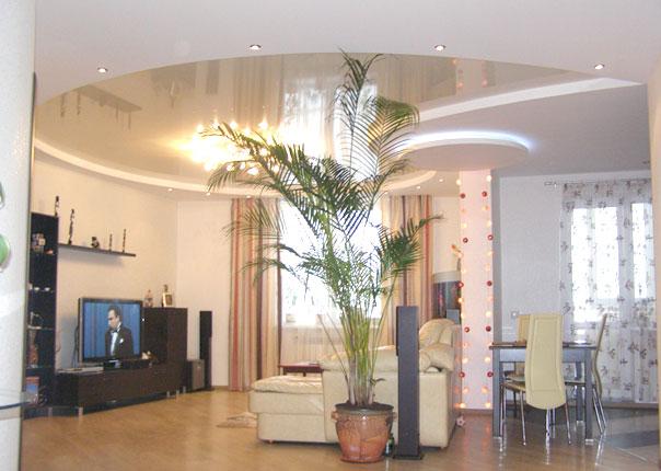 Двухуровневый глянцевый и матовый потолок в зал