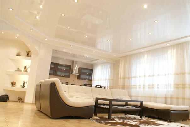 Глянцевый кремовый потолок в зал