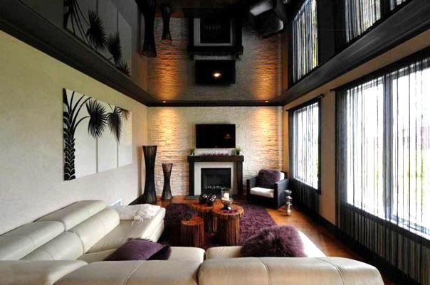 Просторная гостиная с темным глянцевым потолком